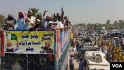 آزادی مارچ کے شرکا اپنی منزل اسلام آباد کی جانب رواں دواں ہیں۔