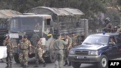 Tư lệnh quân đội Madagascar, ông Andre Ndriarijoana, đã họp với các sĩ quan đảo chánh bên trong doanh trại của họ ngày hôm qua.