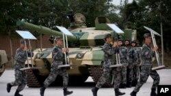 中国装甲兵工程学院学员准备演习