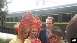 北韓領導人金正日目前正在俄羅斯訪問﹐圖為他星期日在西伯利亞火車站接受傳統的面包和鹽的禮遇。