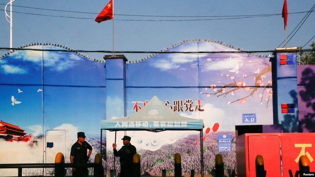 """An ninh canh gác cổng của cái gọi là """"trung tâm huấn nghiệp"""" ở tỉnh Tân Cương, nơi giam giữ người Hồi giáo Uighur. Ảnh chụp ngày 3/9/2018. REUTERS/Thomas Peter"""