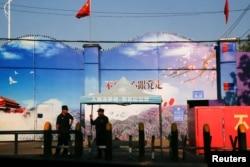 Çin rəsmilərinin peşə mərkəzi adlandırdıqları obyektdə polis keşik çəkir. Huoçenq rayonu. Uyğur Muxtar Regionu, Çin. 3 sentyabr, 2018.
