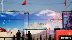 2018年9月3日保安人员把守在新疆霍城的一处再教育营大门口。