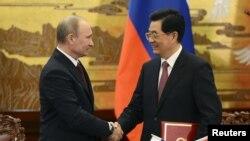中国国家主席胡锦涛同俄罗斯总统普京2012年6月5日在北京握手
