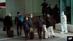 世卫新冠病毒源头调查组成员抵达中国武汉天河国际机场。(2021年1月14日)