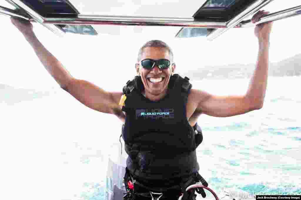 Barack Obama apprend à faire du kitesurf lors de ses vacances sur l'Ile Necker, Hawaï, janvier 2017. (Photo Jack Brockway)