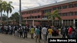 Pessoas no exterior da sede do Governo de Benguela, Angola