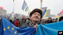 Demonstran anti pemerintah dan pro-Uni Eropa melakukan aksi di Lapangan Kemerdekaan di ibukota Kyiv, Ukraina (20/12).
