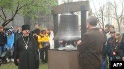 Generalni konzul Rusije kod Zvona nade ispred Kapele svetog Pavla