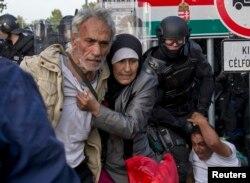 Polisi anti huru-hara Hungaria bentrok dengan pengungsi di Roszke, Hungaria yang berbatasan dengan Serbia (16/9)