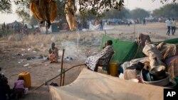 폭력사태를 피해 나일강 유역의 난민 캠프로 피난한 난민들이 16일 휴식을 취하고 있다.