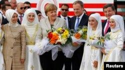 La chancelière allemande Angela Merkel visite un camp turc près de Gaziantep, en Turquie, le 23 avril 2016.