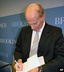 贝德在新书上签名