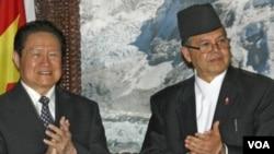 2011年8月16日周永康在尼泊尔首都加德满都与尼泊尔总理贾拉纳.卡纳尔在双方签署经济合作协议后鼓掌。