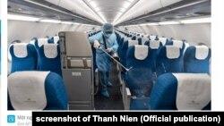 Một nhân viên khử trùng máy bay ở Việt Nam, tháng 3/2020