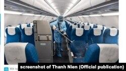 Một nhân viên khử trùng máy bay ở Việt Nam, tháng 3/2020. Screenshot of Thanh Nien (Official publication)