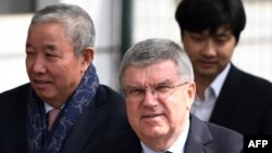 Le président du Comité international olympique, Thomas Bach (avant-plan), à l'aéroport de Beijing, après un vol en provenance de la Corée du Nord, le 31 mars 2018.