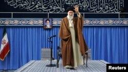 아야톨라 알리 하메네이 이란 최고지도자가 2일 테헤란에서 학생들을 대상으로 연설하기에 앞서 손을 흔들고 있다.