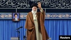 Le guide suprême iranien, l'ayatollah Ali Khamenei, salue de la main à son arrivée pour un discours à Téhéran, Iran, 2 novembre 2017.