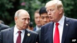 Presiden AS Donald Trump (kanan) berbincang dengan Presiden Rusia Vladimir Putin di Danang, Vietnam, 11 November 2017.