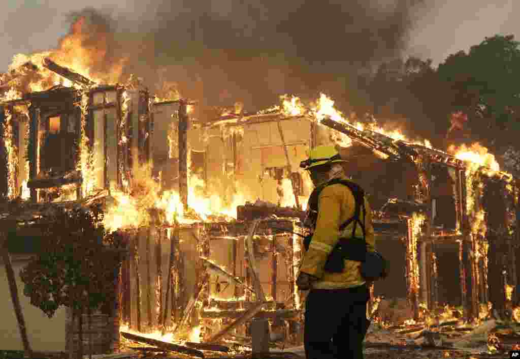 کیلی فورنیا کے محکمۂ جنگلات کے مطابق ریاست کی مختلف کاؤنٹیز میں 22 مقامات پر آگ لگی ہوئی ہے