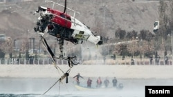 نیروهای امدادی لاشه بالگرد را از دریاچه چیتگر بیرون کشیدند.