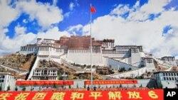 北京举办西藏和平解放60周年成就展