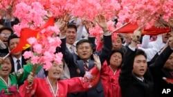 지난 10일 평양 김일성 광장에서 열린 7차 노동당 대회 경축 군중집회에서 북한 주민들이 꽃다발을 흔들고 있다. (자료사진)