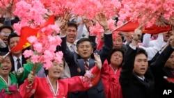 지난 10일 평양 김일성 광장에서 열린 7차 당 대회 경축 군중집회에서 북한 주민들이 꽃다발을 흔들고 있다.