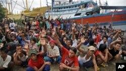 Para nelayan Myanmar mengangkat tangan mereka saat ditanya siapa yang ingin pulang, di pulau Benjina, Kepulauan Aru, Maluku (3/4). (AP/Dita Alangkara)