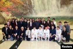 북한 김정은 국무위원장이 1일 동평양대극장에서 한국 예술단의 공연을 관람한 후 출연자 및 관계자들과 기념촬영을 했다.
