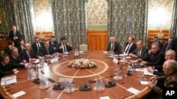 Les ministres de la défense et des affaires étrangères de la Russie et de la Turquie se sont rencontrés dans le cadre d'un effort de Moscou et d'Ankara pour parrainer les pourparlers de lundi entre les partis rivaux en Libye dans la capitale russe. (Photo AP / Pavel Golovkin, pis