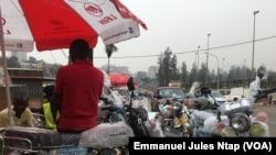 Des motos importées de Chine exposées à Yaoundé, le 26 février 2020. (VOA/Emmanuel Jules Ntap)