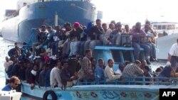 Imigranti iz Severne Afrike na ulasku u Italiju. EU kaže da Libija preti Uniji da će prestati da sprečava ilegalni dolazak imigranata iz severne Afrike u Evropu, ukoliko EU nastavi da podržava proteste protiv vlade