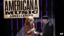 Bonnie Raitt, left, presents the Lifetime Achievement Songwriting Award to Richard Thompson at the 11th annual Americana Honors & Awards, Sept. 12, 2012, in Nashville. (Photo by Wade Payne/Invision)