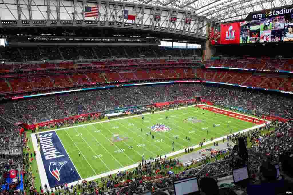 Stadion NRG di Houston, Texas, sejam sebelum dimulainya pertandingan Super Bowl, acara olahraga tahunan terbesar di Amerika Serikat. (VOA/B. Allen)