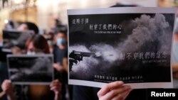 香港民众在铜锣湾集会举牌抗议10月1日港警开枪实弹射中一名中学生。(2019年10月2日)