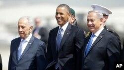 Predsednika Baraka Obamu su na aerodromu dočekali izraelski predsednik Šimon Peres (levo) i premijer Benjamin Netanjahu
