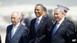 Prezidan Barack Obama (nan mitan), avèk Prezidan izrayelyen an, Shimon Peres (agoch) e Premye Minis Benjamin Netanyahu (adwat) pandan seremoni ki make arive Misye Obama nan ayewopò entènasyonal Ben Gurion nan Tel Aviv (20 mas 2013).