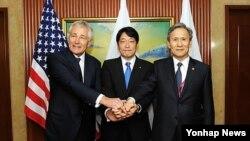 척 헤이글 미국 국방장관, 김관진 국방장관, 오노데라 이쓰노리 일본 방위상이 31일 싱가포르 샹그릴라 호텔에서 열린 한미일 국방장관 회담에서 서로 손을 잡고 기념촬영을 하고 있다.