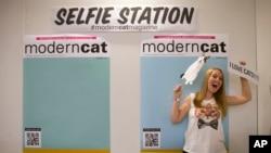 Booth selfie dengan pernak-pernik kucing di CatCon, Los Angeles