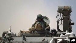 Xe tăng và các xe bọc thép của Israel gần biên giới Gaza.