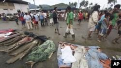 Thi thể các nạn nhân thiệt mạng vì lũ lụt ở New Bataan, miền nam Philippines, ngày 5/12/2012.