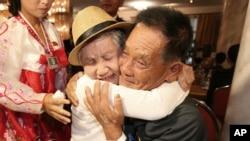 Bà Lee Keum-seom, 92 tuổi, gặp lại con trai Ri Sang Chol, 71 tuổi, sau 68 năm xa cách.