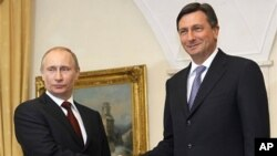 Russia's Prime Minister Vladimir Putin (l) and his Slovene counterpart Borut Pahor shake hands in Brdo Slovenia, March 22, 2011