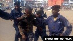 Des policiers arrêtent un homme lors d'une évasion des prisonniers à la prison centrale de Bukavu, Sud-Kivu, RDC, 28 juillet 2017. (VOA/Ernest Muhero)