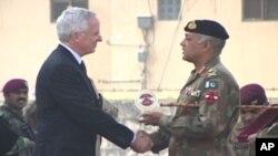 امریکی سفیر کیمرون منٹراور پشاور کے کورکمانڈرلیفٹیننٹ جنرل آصف یاسین (فائل فوٹو)