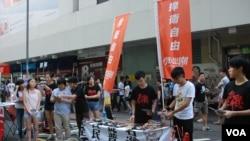 學民思潮在71大遊行前設置街站,宣傳遊行訴求並呼籲更多港人參與71大遊行 (美國之音湯惠芸拍攝)