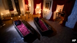 Travel Romania Dracula 's Castle two coffins