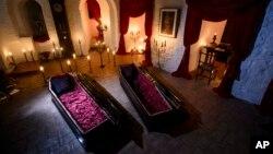 مهمانان برای خواب باید شب در این تابوت های مزین شده بخوابند.